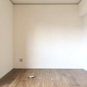 こちらは7.5帖の洋室。(※写真は清掃前のものです)