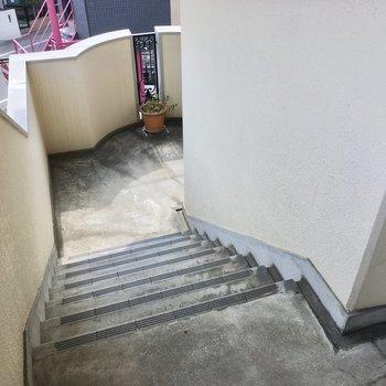 3階までは階段です。頑張って登りましょ。