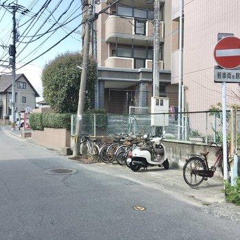 自転車置き場は道路沿いにあります。