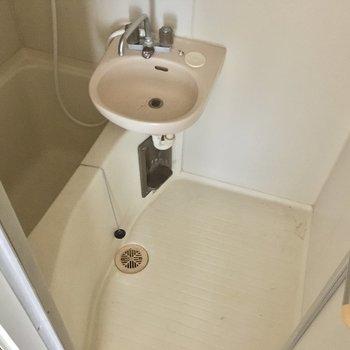 お風呂は普通サイズ。2点ユニットです。(※写真は清掃前のものです)