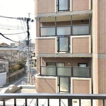 お隣のマンションがチラリ。カーテンは必須になりそうです。