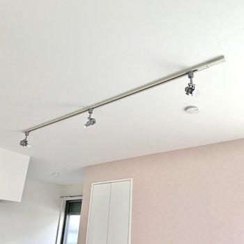 お部屋を照らすのはオシャレなライティングレール。※写真は作業途中・前回募集時のものです