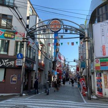 反対口には商店街が。賑わっています。