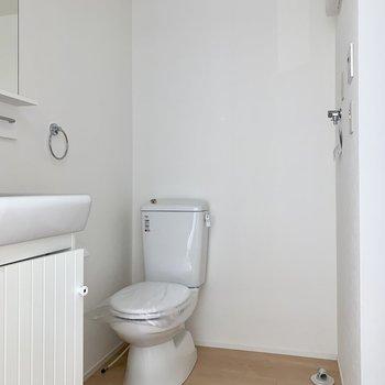 トイレと洗濯機置場は隣り合っていますよ。※写真は作業途中・前回募集時のものです