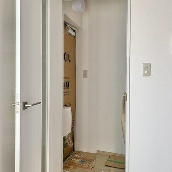 玄関は段差がありませんよ。躓くこともなさそう。※写真は作業途中・前回募集時のものです