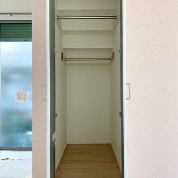 ハンガーポールには丈の長い洋服も掛けられます。※写真は作業途中・前回募集時のものです