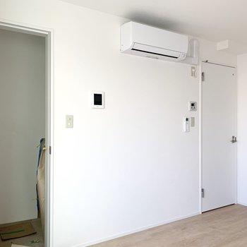 左の扉が玄関、右側は脱衣所です。※写真は作業途中・前回募集時のものです