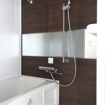 横長の鏡で洗顔もしやすい。浴室乾燥機付きです。※写真は作業途中・前回募集時のものです