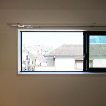 【北側眺望】こちらは見晴らしがいいのですが、窓がコンパクトです。