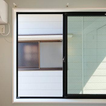 【東側眺望】正面にお隣さんの窓があるため、遮光カーテンなどで視線を遮る方がいいかも。