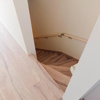 階段を下りていくと……