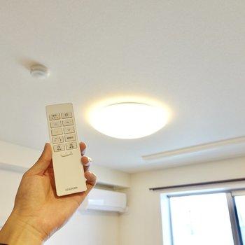 調光調色対応の照明なので雰囲気を簡単に変えられます◎リモコンもスタイリッシュ!