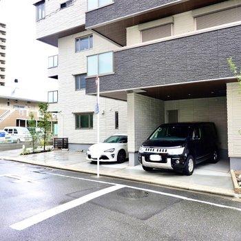 左手に行くと敷地内駐車場。