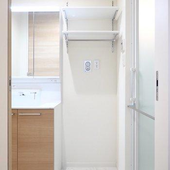 脱衣所に入ると正面に洗濯機置き場。上部には便利な棚付き!