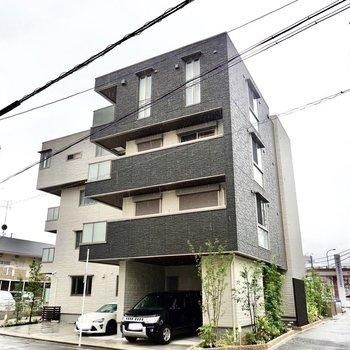 安心感のある鉄骨造の4階建てマンションです。