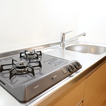 2口コンロに調理スペースもありと、自炊派にも嬉しい仕様。