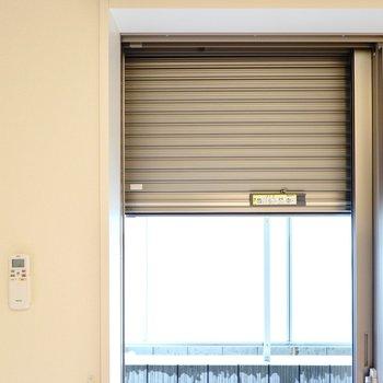 窓にはシャッター付き。電動なので日常使いも簡単にできますね!