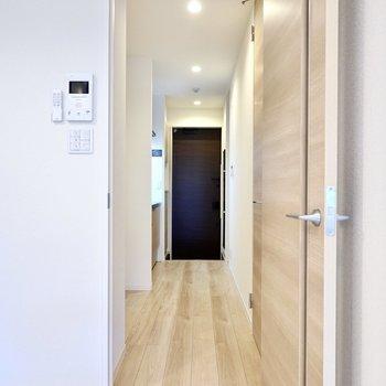 お次はドアの先のキッチンスペースへ。左手にキッチン、右手に水回りが集まっています。