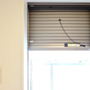 窓にはシャッター付き。長期旅行の際などにご利用くださいね。