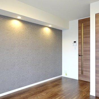 スポットライトの素敵なアクセントクロスの壁にはテレビや本棚などを合わせて、インテリアも楽しめます。