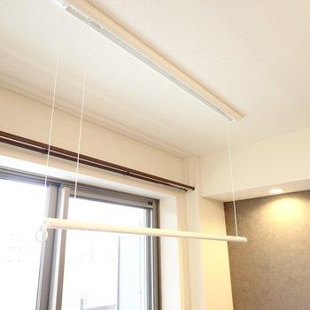 室内には収納できる物干し竿もあるので室内干しもできます◎