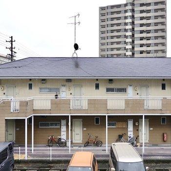 正面の眺望はお隣のアパート。ですが閉塞感はありません。