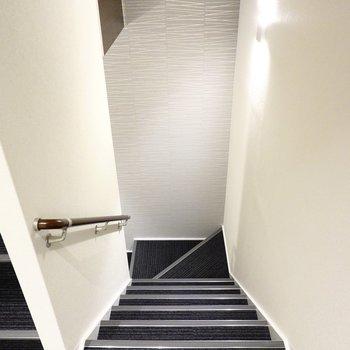 エレベーターも階段もあるのでとっても便利。階段の雰囲気も◎