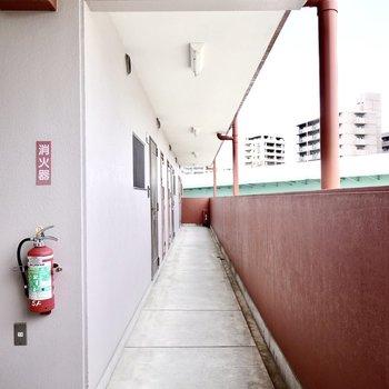 玄関前。エレベーターを降りて左手に。