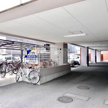 屋根付きの駐車場で、駐輪場もこちらにあります。