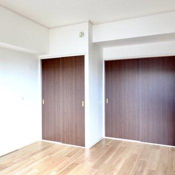 【洋6】DKへの扉の横には収納付き。
