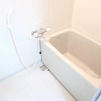 お風呂はシンプル。収納が無いので、ワイヤーラックなどを用意しましょう。