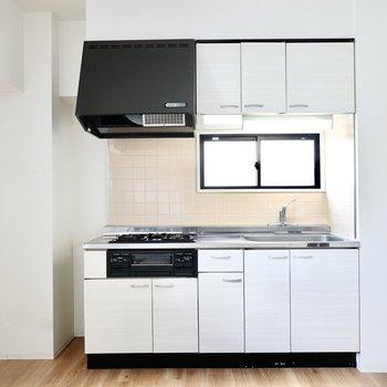 反対側には魚焼きグリル付きのシステムキッチン。冷蔵庫置場は左の壁沿い。