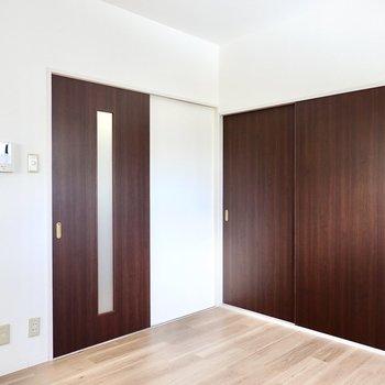 【DK7】右が約6帖の洋室、左が廊下へのドア。