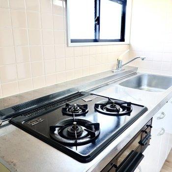 料理好きに嬉しい3口コンロ。調理スペースやシンクも広め。小窓があるので換気もしやすい◎