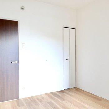 【洋5.5】こちらは玄関から直結しているので、ちょっとだけリビング向きかな。