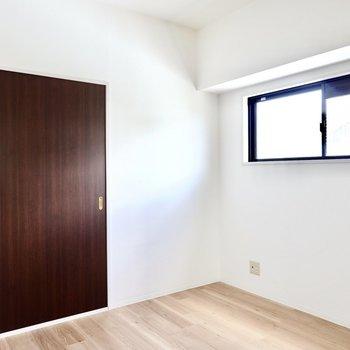【DK7】白い空間にオークカラーのフローリングとウォルナットカラーの建具のコントラストがよく映える。