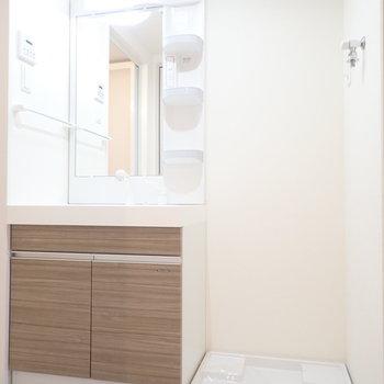 洗面台と洗濯機はおとなりさんです。※写真は8階別部屋・同間取りのものです。