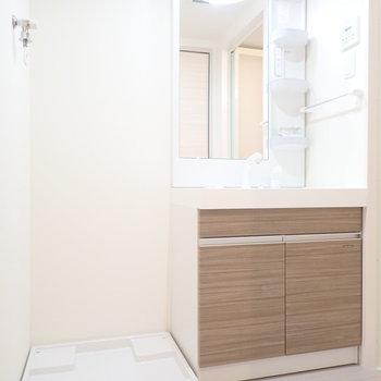 洗面台と洗濯機はおとなりさん。※写真は8階同間取り・別部屋のものです。