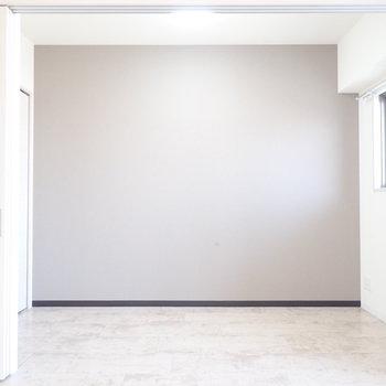 洋室はコンパクトサイズ。※写真は8階同間取り・別部屋のものです。