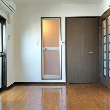 綺麗なエアコン付き!お風呂の横の扉は…?(※写真は7階の同間取り別部屋のものです)