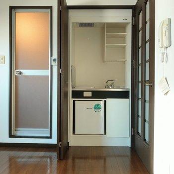 キッチン!下にミニ冷蔵庫付き◎(※写真は7階の同間取り別部屋のものです)