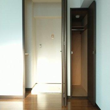 洗濯機置場隠れてるのいいね。収納はコンパクトだから厳選して。(※写真は7階の同間取り別部屋のものです)