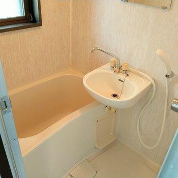 浴室は窓付き◎2点ユニットだから歯磨きはここで。(※写真は7階の同間取り別部屋のものです)