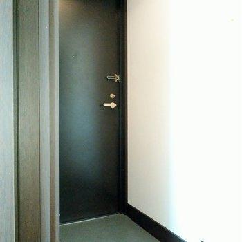 土間も広々◎玄関と居室の間に扉あるのいいね。(※写真は7階の同間取り別部屋のものです)