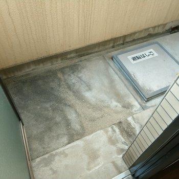 バルコニーはコンパクト。洗濯物は干せそう。(※写真は7階の同間取り別部屋のものです)