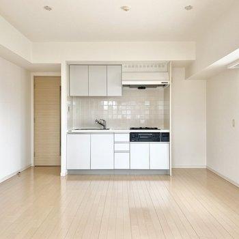 【LDK】キッチンの横には冷蔵庫をおくことができます。※写真は前回募集時のものです