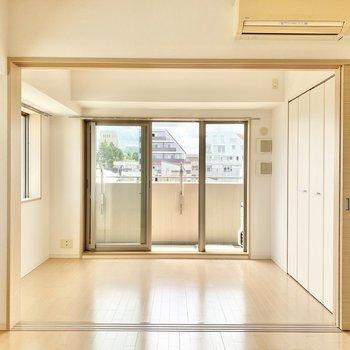 【LDKから洋室➀】扉を開けると開放感がありますね。※写真は前回募集時のものです