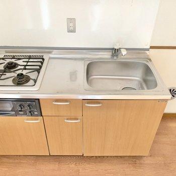 【ダイニング】キッチンは2口コンロ。斜めの配置で料理がしやすい◎