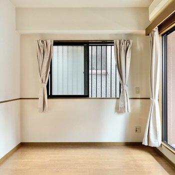 【洋室】テレビ端子は小窓側に。ソファを置いてごろごろしたいな。(※小物はサービス設置です)
