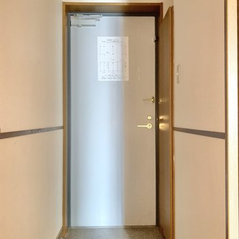 玄関はノーマル。靴箱はサイドに。